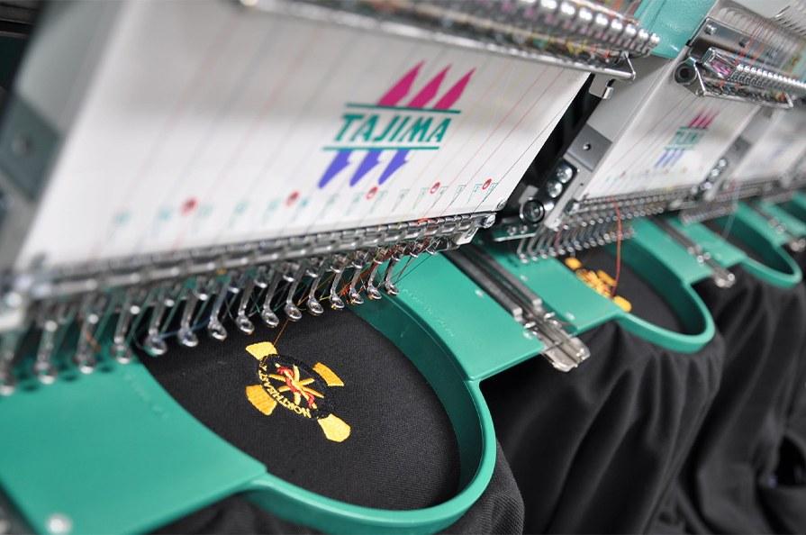 Вышивка – от 150 рублей Изображение должно быть сделано в кривых в программе Corel DRAW. Для каждого нового нанесения требуется разработка программы для вышивки, по которой будет работать вышивальная машина.